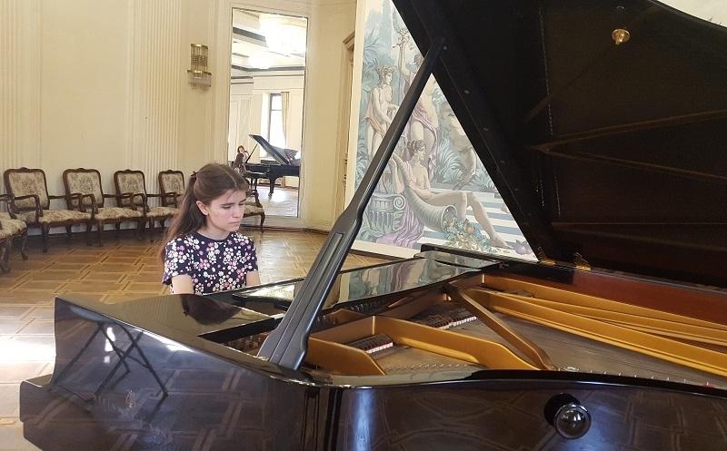 За пореден път младата врачанска пианистка Елица Стефанова, ученичка на