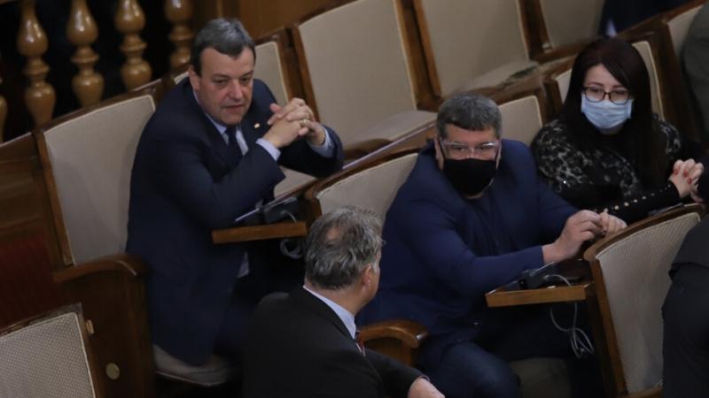 Депутатите спират редовната си работа във връзка с обявеното извънредно