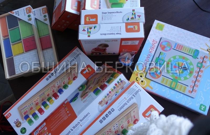 Детските градини в Берковица отново получиха образователни играчки по проект