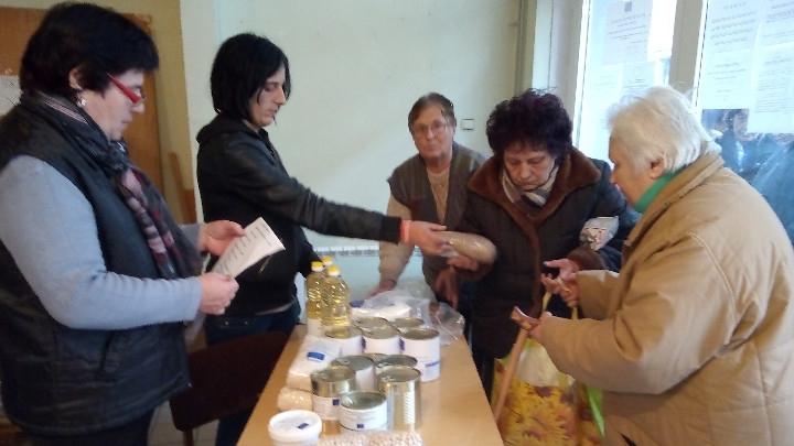 Раздаването на пакетите с храна от Българския червен кръст за