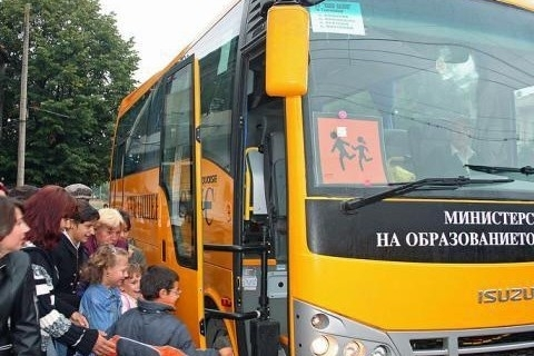 Автобуси на близо 40 години возят децата към училищата. Средната