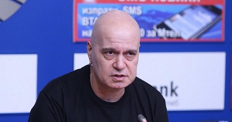 Слави Трифонов: Нощната атака срещу протестиращите е брутална наглост, характерна за бананова република
