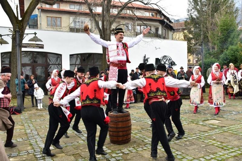 С веселие и народни хора Враца празнува Трифон Зарезан /снимки/