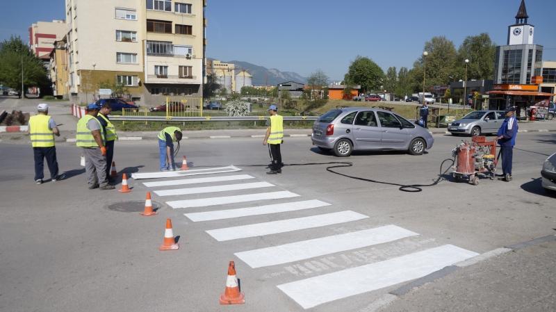 Започна обновяването на хоризонталната пътна маркировка по главните улици в