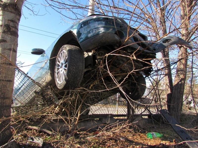 На градус! Пиян шофьор се заби в ограда на къща в Монтанско