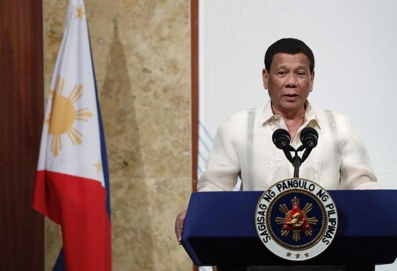 Филипинският президент Родриго Дутерте е паднал от своя мотор, който