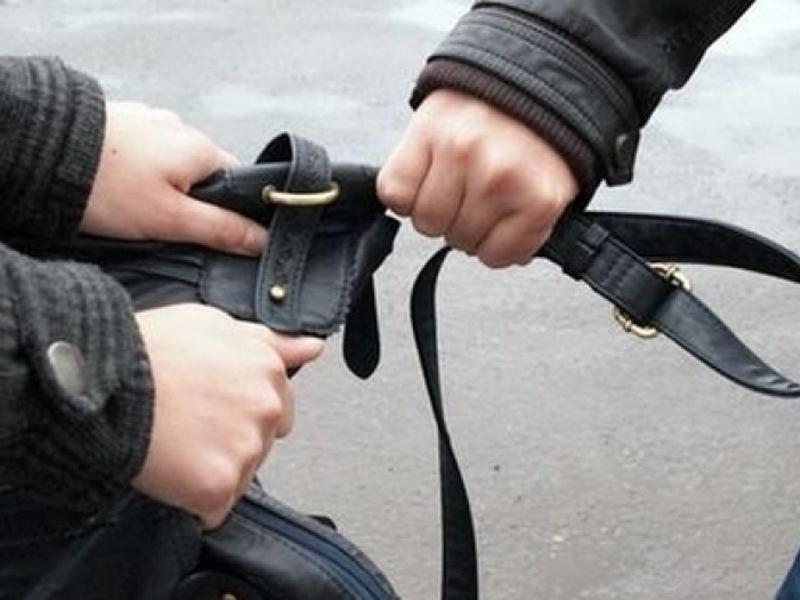 Полицаи хванали малолетно момче, откраднало чантата на жена във Враца,