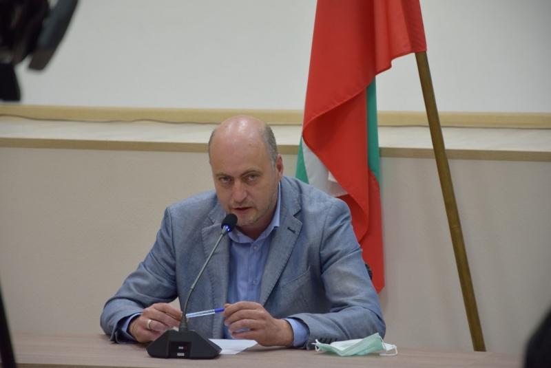 Областният управител Момчил Станков, в присъствието на д-р Венцислав Владински,