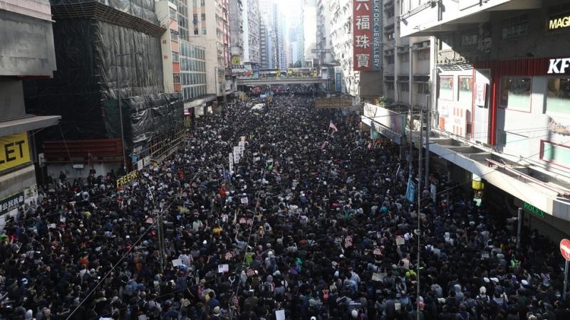 Хиляди хора излязоха по улиците на Хонконг, за да се