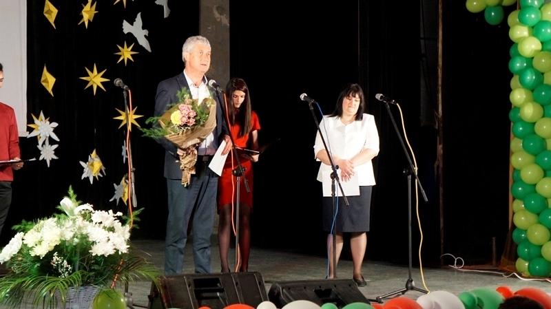 С празничен юбилеен концерт учители и ученици отбелязаха 70-та годишнина