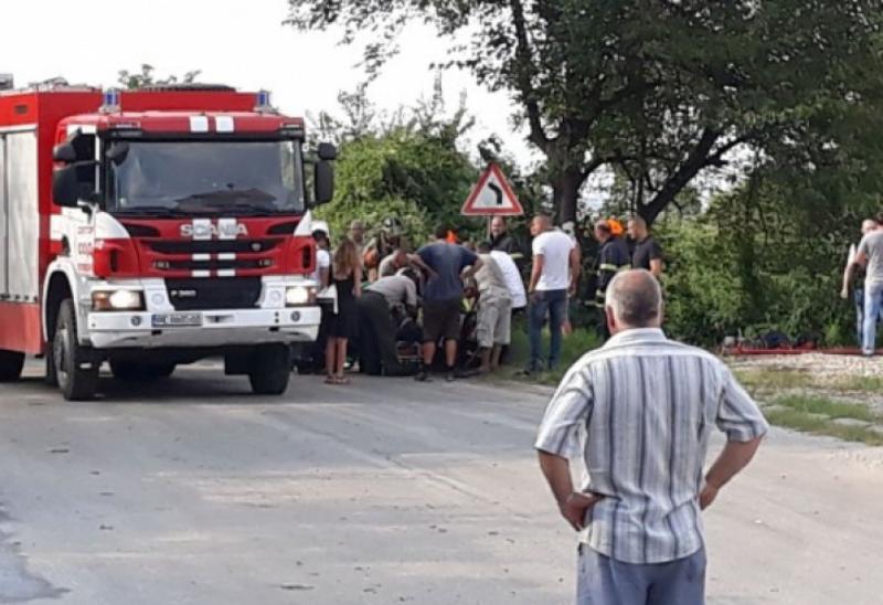 Кола самокатастрофира на входа на Монтана, пожарникари вадят пострадалия, научи