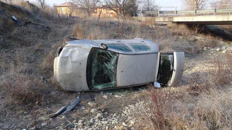 Кола е излетяла от пътя и е паднала в дере