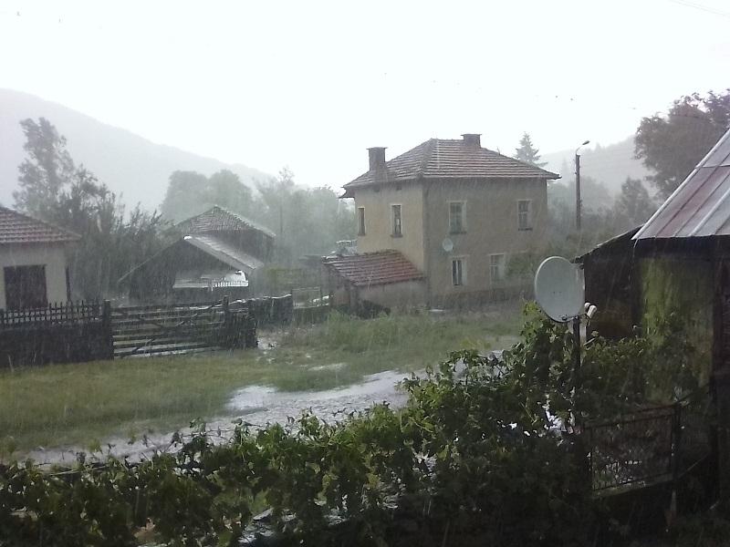 Пороен дъжд и градушка се изсипаха късно вечерта в сряда