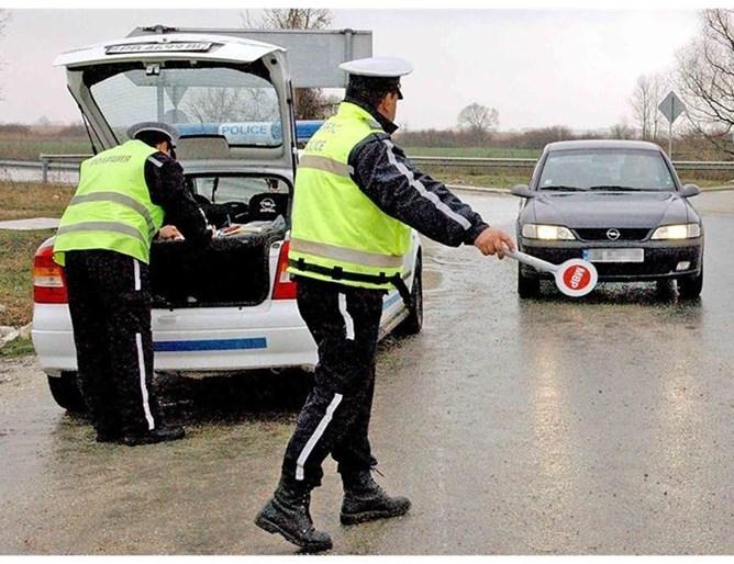 Полицаи одрусаха с актове нередовни шофьори по време на специализирана