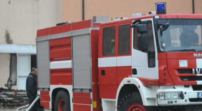 Два екипа огнеборци гасиха самозапалил се аспиратор в ресторант в