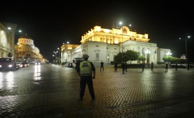 Среднощенпротест на десетки шофьори пред Народното събраниезаради фалита на застрахователна