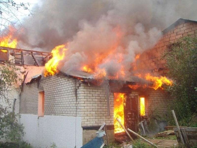 Снимка: Небрежен старец подпали къщата си в Монтанско, едва не опожари и съседите