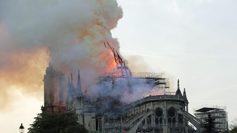 Френският президент Еманюел Макрон призова възстановяването на катедралата да приключи
