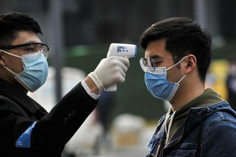 Година след избухването на пандемията Китай отново изолира милионен град