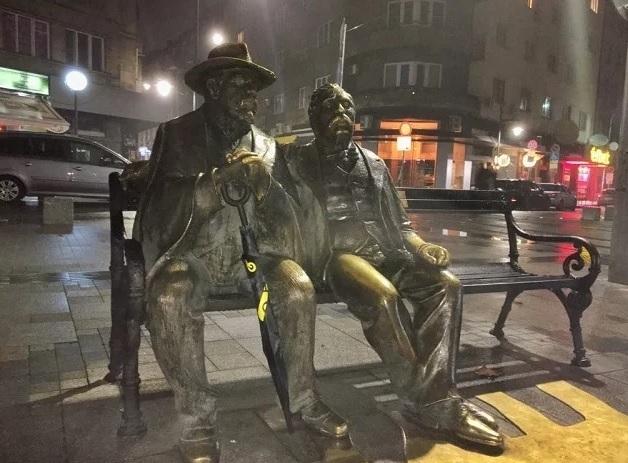 Вандали са измъкнали част от скулптурата на Георги Чапкънов и