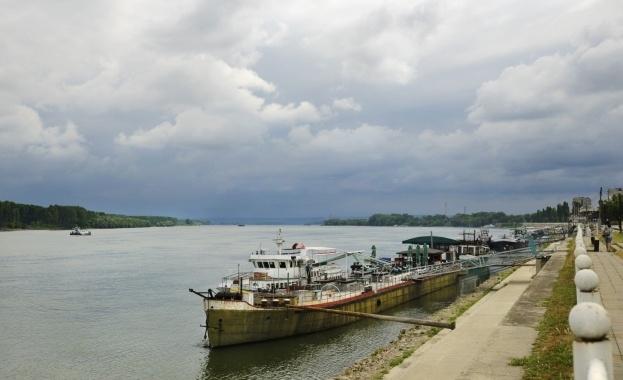 Десетки кораби продължават да стоят блокирани край Свищов, където са