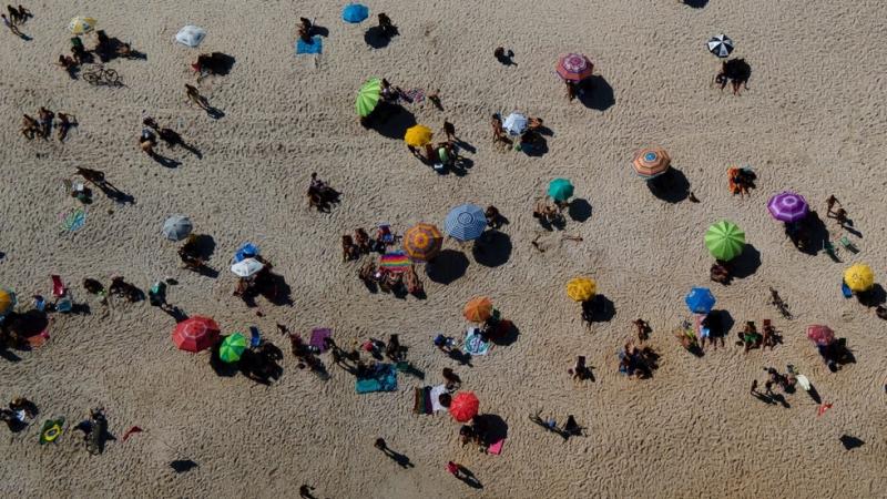 Желаещите да правят тен по прочутите плажове на Рио де