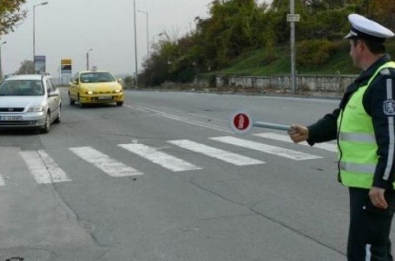 Задържаха шофьор опитал се да блъсне спиращия го за проверка