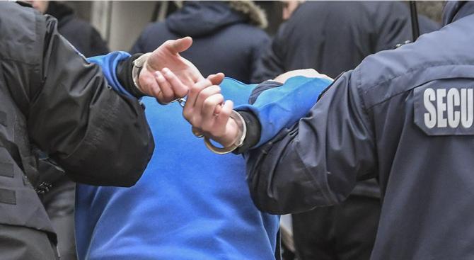 Полицаи обискираха младеж във Враца, криел наркотиците си под тротоарна