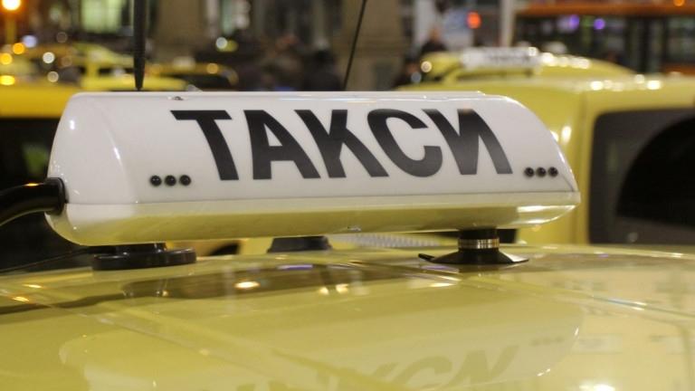 Таксиметров шофьор изостави колата си, заедно с пиян и агресивен