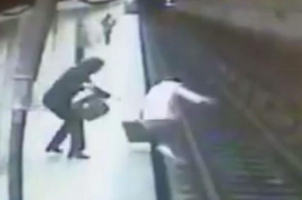 Полиция разследва ужасяващо убийство в метрото. 36-годишна жена ритнала на
