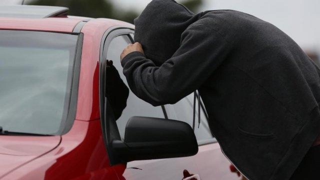 Непълнолетен младеж задигна пари от лека кола във Врачанско и