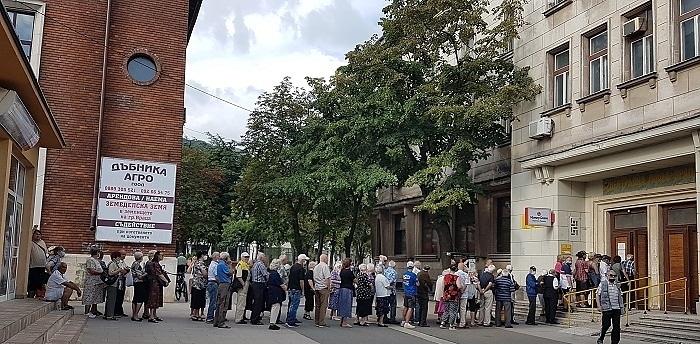 Пенсионери от Враца окупираха пощенските станции и банкоматите в очакване на добавката от 50 лева