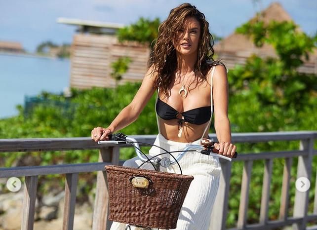 Алесандра Амброзио и още секси кадри от почивката ѝ на Малдивите /снимки/