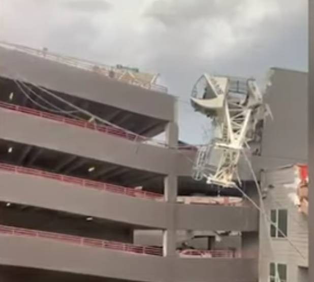 Един човек е загинал, а шестима бяха ранени при падане на кран в Далас