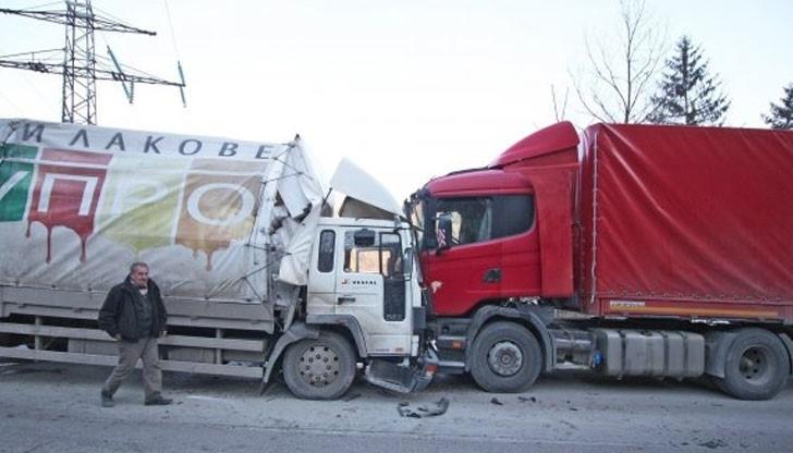 Мъж пострада при катастрофа между камион и ТИР в Монтанско, борят се за живота му в ломската болница