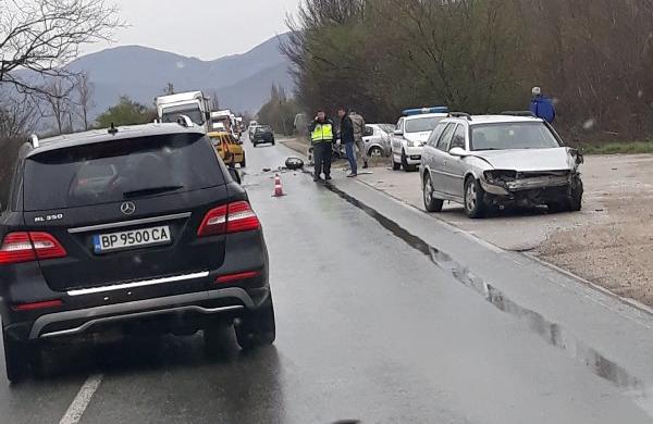Тежка катастрофа затруднява трафика на главен път Е-79 между Мездра