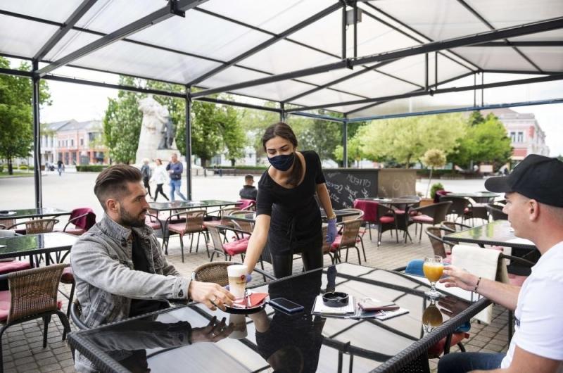 Сервитьорите да не носят маски на открито и това задължение