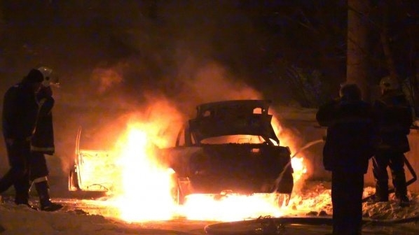 """Кола е горяла на паркинга пред хотел """"Житомир"""" в центъра"""