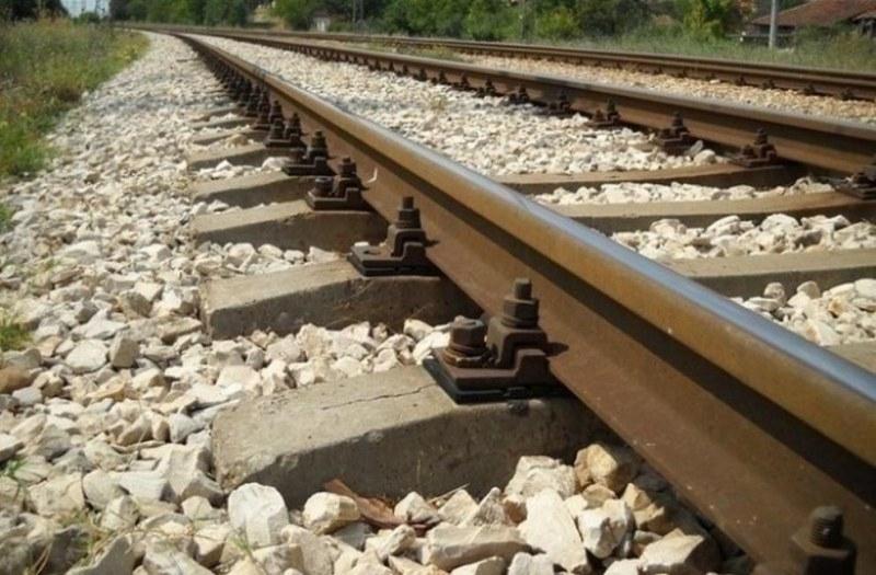 Снимка: Влак спука черепа на пиян мъж, паднал между релсите