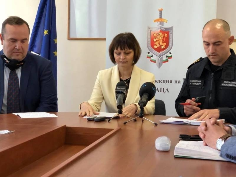 Удар на полицията! Разкриха голяма наркооранжерия при спецакция в Селановци, има задържани /снимки/