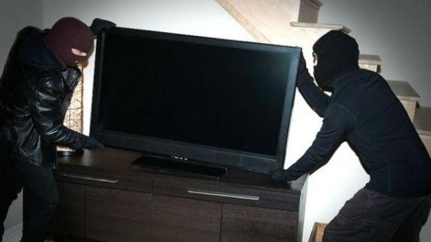 Полицаи са задържали тийнейджъри, откраднали техника от къща в Роман,