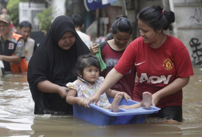 Джакарта е под вода, градът е парализиран /снимки/