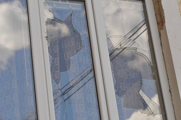 Неизвестни са счупили стъклата на прозорците на къща в Грамада,