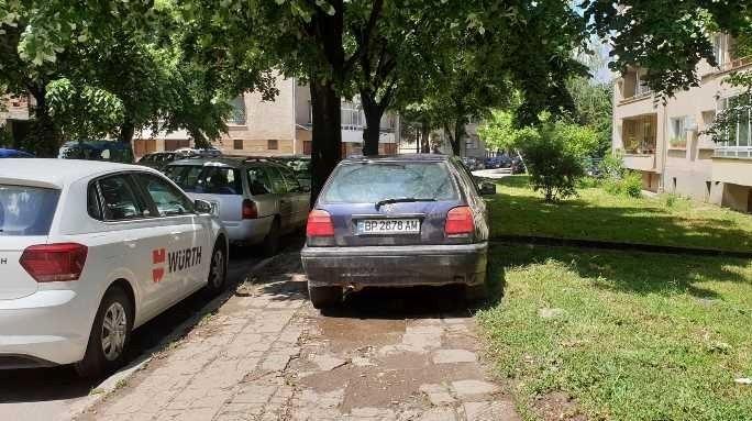 """Голфаджия в действие! Шофьор """"блесна"""" с безумно паркиране върху тротоар в центъра на Враца /снимки/"""