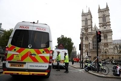 Британската полиция разглежда инцидента пред парламента тази сутрин катотерористичен. Шофьорът,