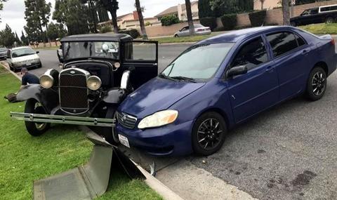 Разсеяна шофьорка на Toyota Corolla блъсна току-що реставриран Ford Model