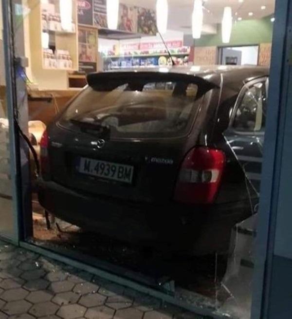 """Младеж се е забил с колата в бензиностанция """"ОМВ"""" в"""