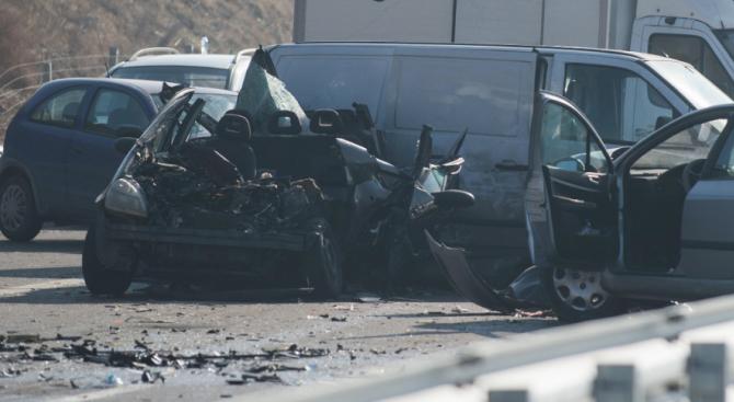Снимка: Ужас на пътя Бургас-Средец: Шест коли се блъснаха в тежка катастрофа, има загинал
