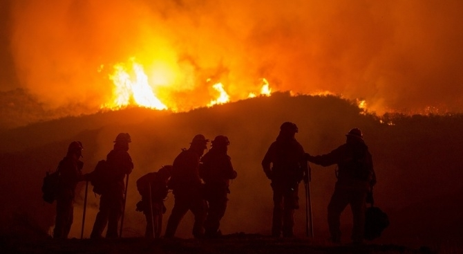 Голям горски пожар е принудил евакуацията на стотици хора от
