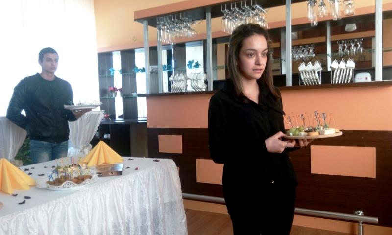 """Открит урок на тема """"Сервиране на топли предястия"""" се проведе в ПГТР-Враца"""